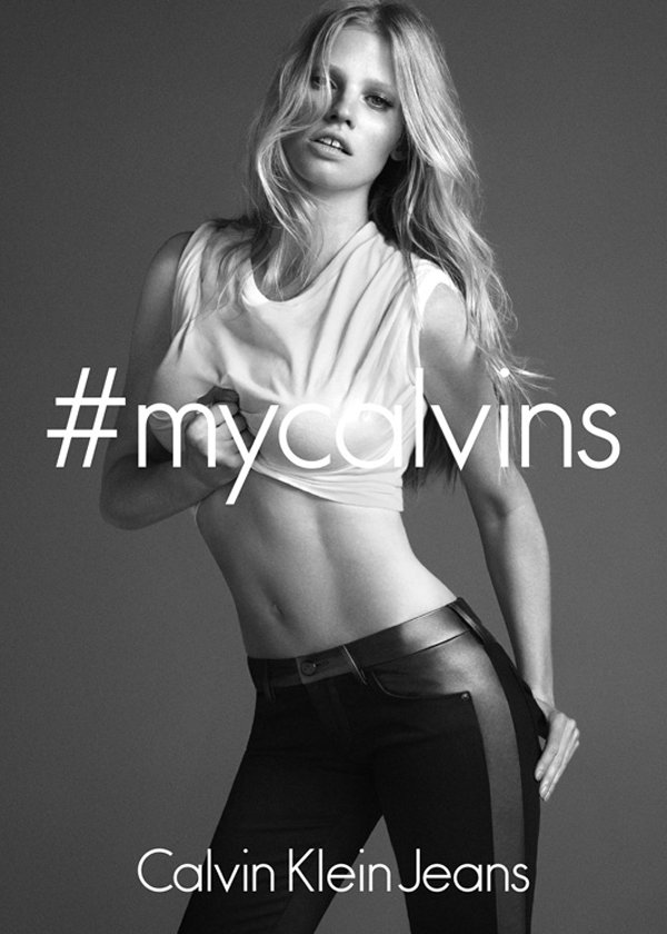 萊拉史東在最新的 Calvin Klein Jeans 廣告中證明她就算是生過小...