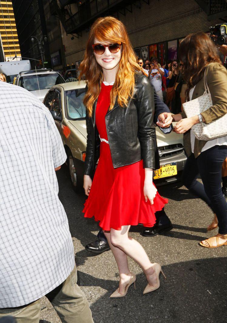紅色洋裝搭黑色皮夾克,以優雅遇上個性風的混搭手法打造不一樣的帥氣淑女風。圖/擷取...