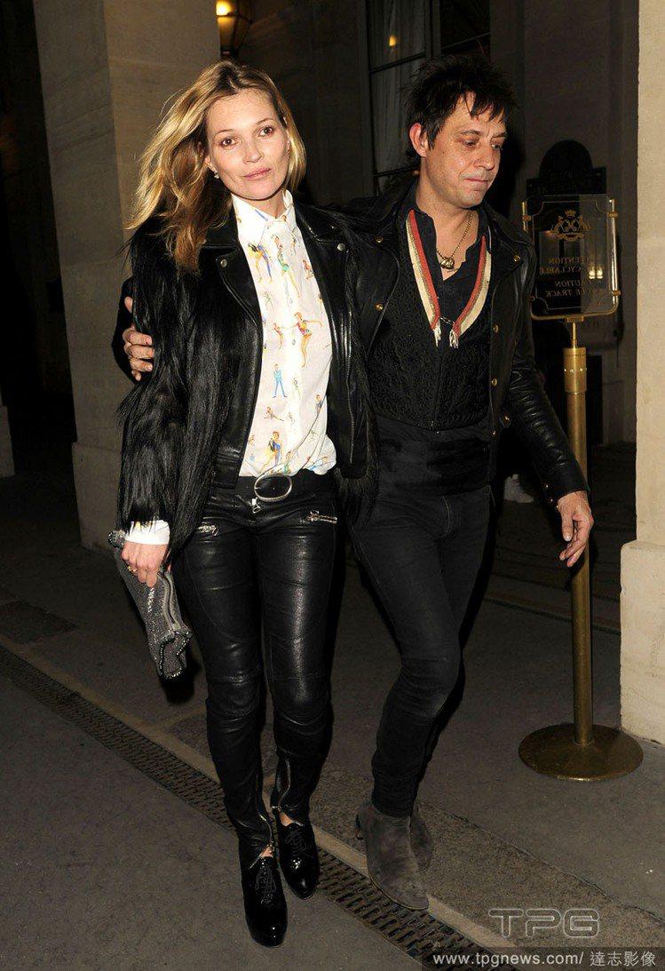 凱特摩絲於2011年嫁給「The Kills」樂團的吉他手傑米因斯,兩人喜歡穿同...