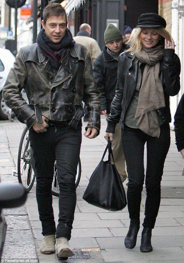 凱特摩絲與老公傑米因斯喜歡穿同色系服裝,也都偏好個性風混搭。每次走在一起就像一組...