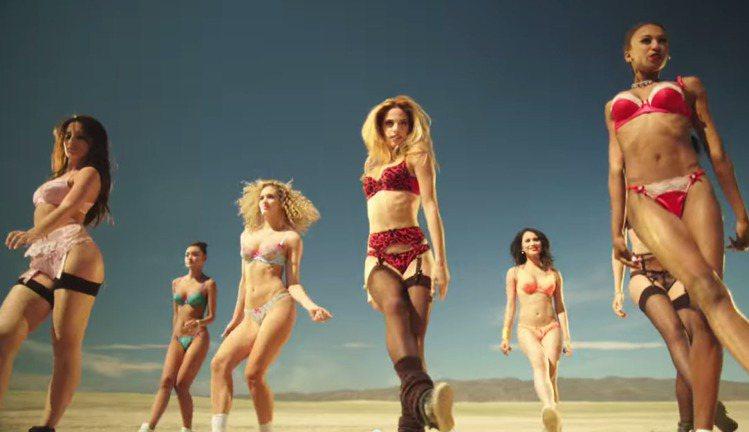 廣告中眾模特兒與莫妮卡洛普(左)展示了 L'Agent 最新的內衣,繽紛的色彩在...