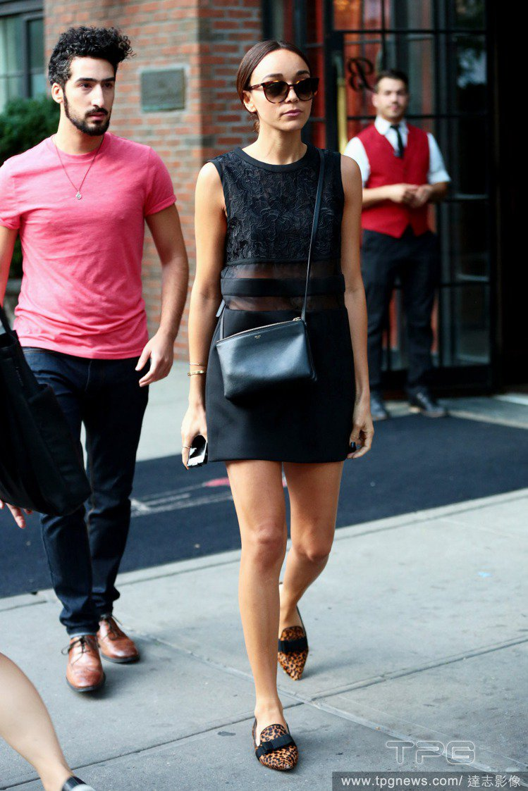 Ashley Madekwe身穿黑色削肩背心式洋裝,腰部的透膚布料讓肌膚若隱若現...