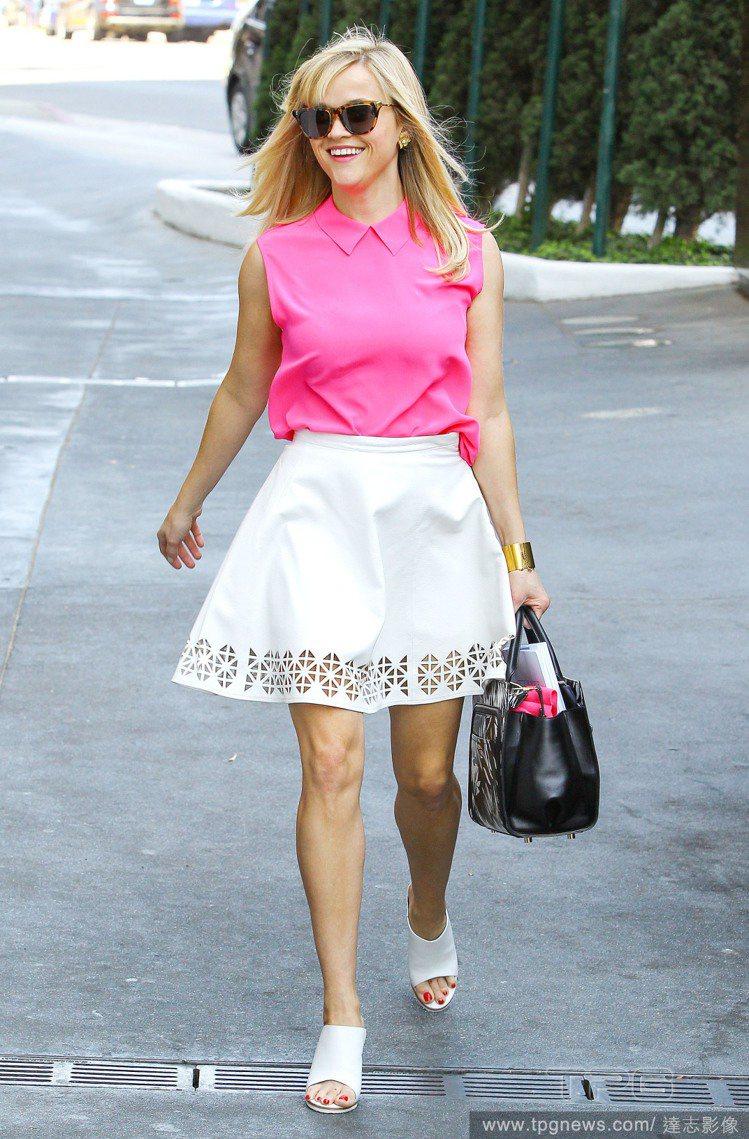 粉紅色是接下來重點流行色之一,瑞絲薇絲朋以粉紅色襯衫式背心搭白色裙擺鏤空短裙,足...