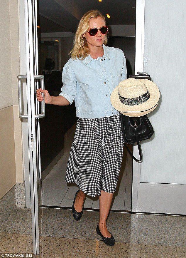 黛安克魯格的小格紋長裙透著復古氣息,搭上草帽和芭蕾舞鞋優雅清新。上身的淺色夾克增...