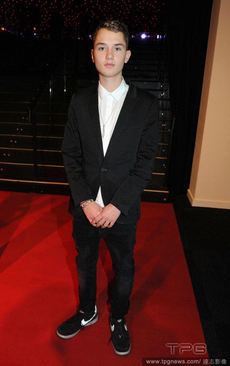 裘德洛的兒子 Rafferty Law 今年在 DKNY 2015 春夏服裝秀出...