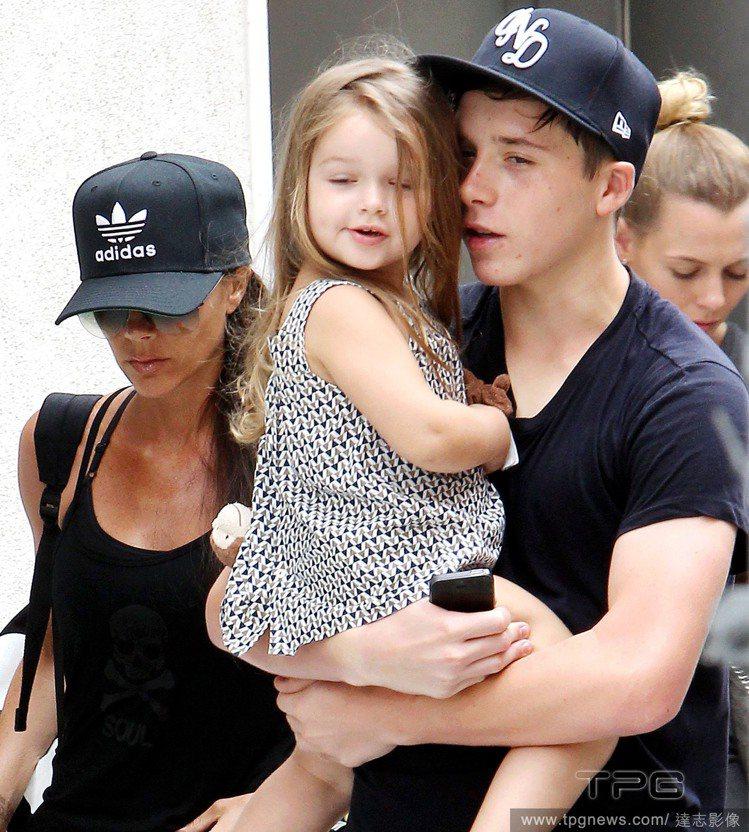 布魯克林(Brooklyn Beckham)溫柔抱著妹妹小哈潑,讓他散發「暖男」...