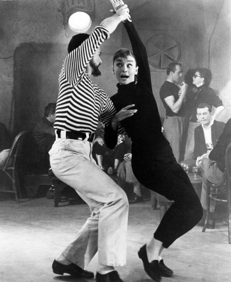 奧黛莉赫本在電影《甜姐兒》裡的經典造型與舞姿。圖/達志影像