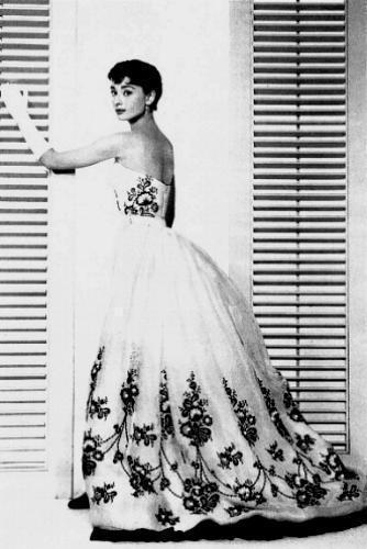 奧黛莉赫本在電影《龍鳳配》裡的蓬裙look。圖/擷取自closetmelbour...