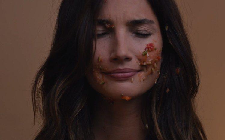 天使超模 Lily Aldridge 在內衣廣告中遇到一堆倒楣事。圖/擷取自Vi...