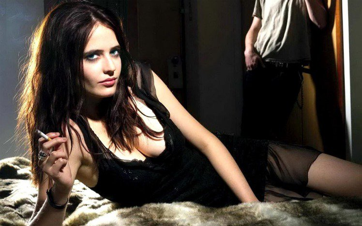在即將上映的動作片《萬惡城市2:紅顏奪命》中飾演蛇蠍美女殺手的伊娃葛林,有點神經...
