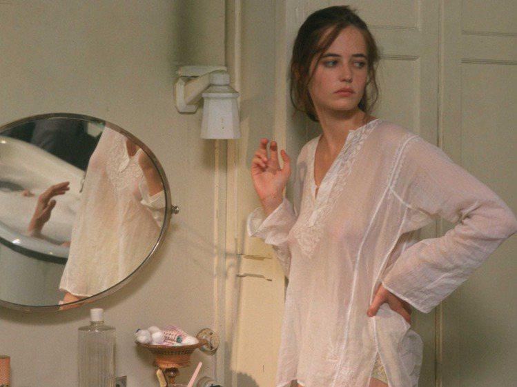 伊娃葛林2005年全裸演出法國藝術電影《巴黎初體驗》,當時扮相清純的她在片中三點...