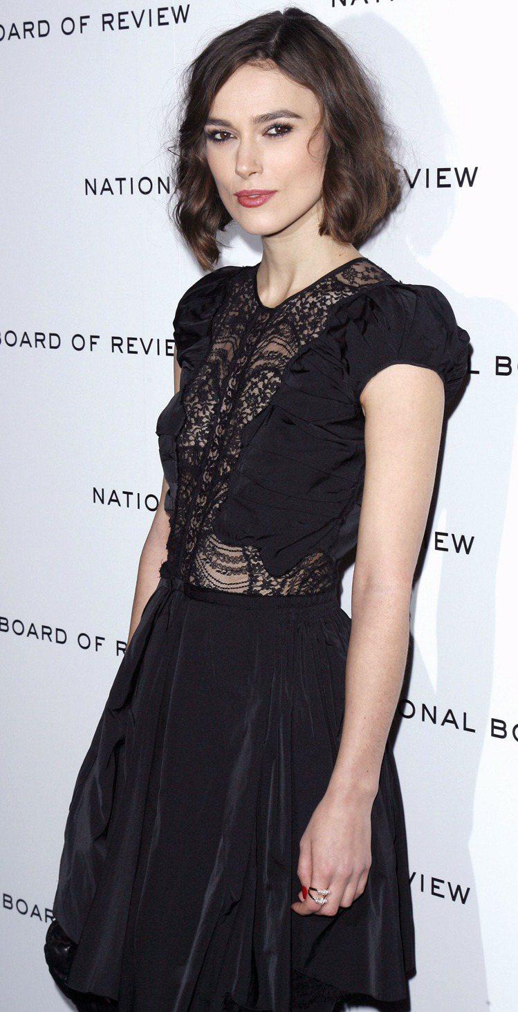 穿著 Nina Ricci 蕾絲小洋裝的綺拉奈特莉配戴danger系列戒指。圖/...