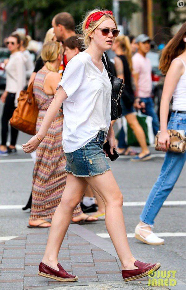 以白色T恤搭配牛仔裙,換上酒紅色休閒鞋搭配紅色髮帶,簡單的造型輕鬆就增加甜美亮點...