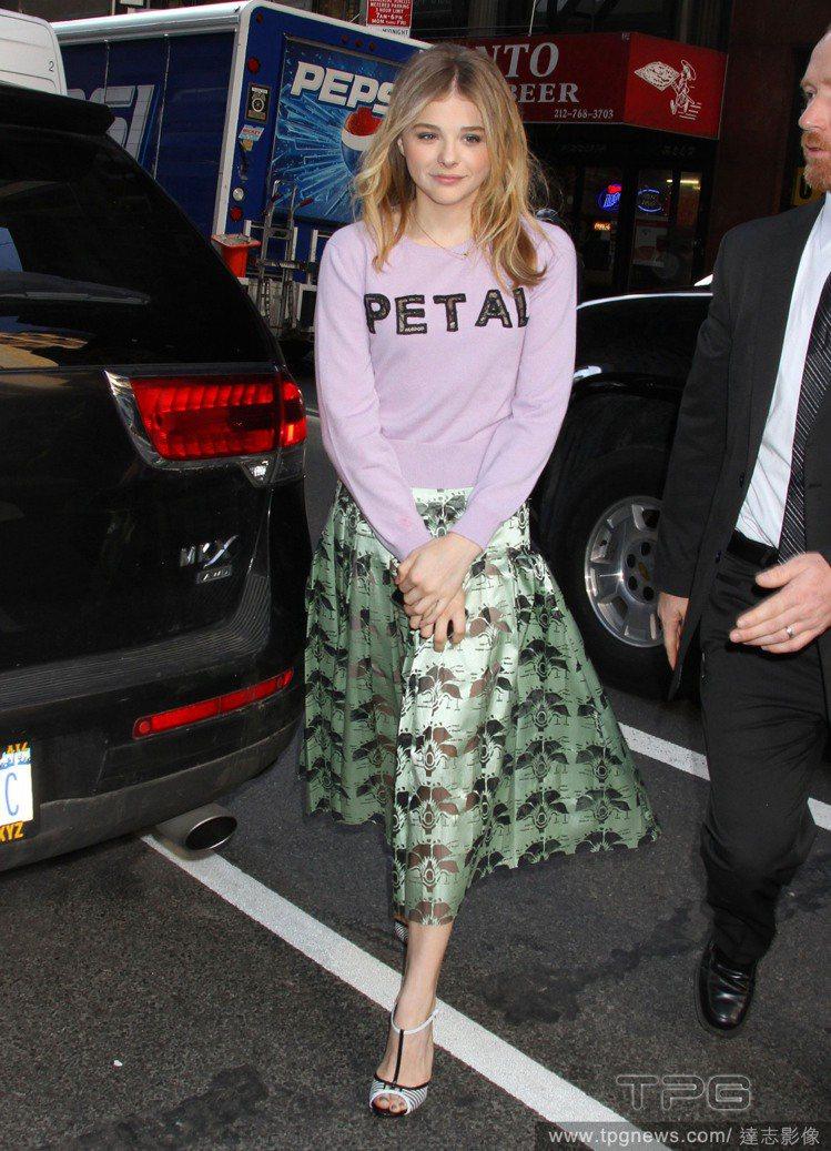 「超殺女」克蘿伊摩蕾茲(Chloe Moretz)以粉嫩圓領 T 搭配奢華古典的...