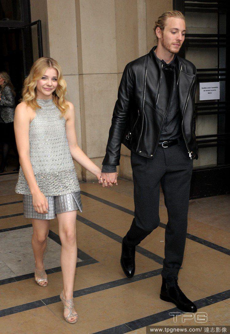 克蘿伊摩蕾茲 穿 Armani 2015 早春系列銀色套裝,裙子的金屬質感讓整身...