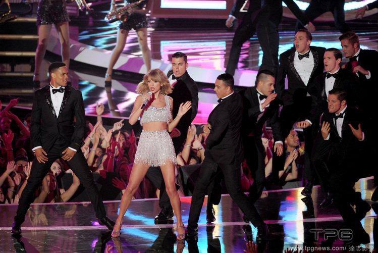 第31屆 MTV 音樂錄影帶大獎,小天后泰勒絲勁歌熱舞帶來新歌《Shake It...
