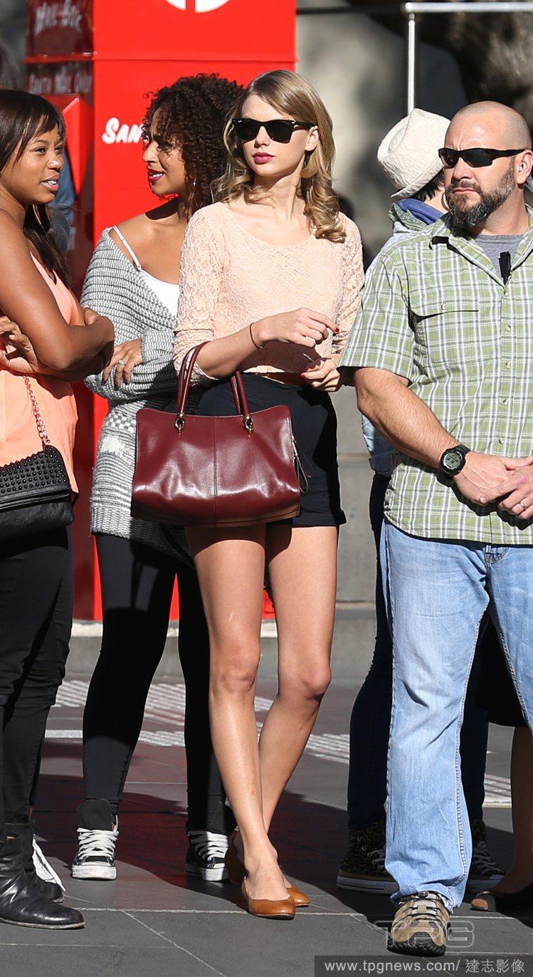 泰勒絲從不吝惜秀出自己的美腿。圖/達志影像