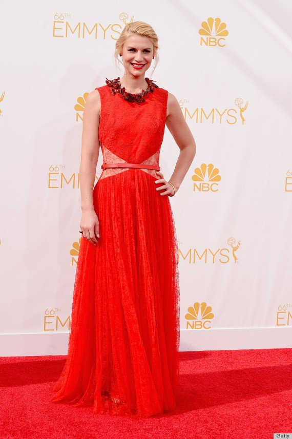 克萊兒丹妮絲的 Givenchy 紅色紗裙禮服散發古典浪漫氣息,紅唇與紅色首飾皆...