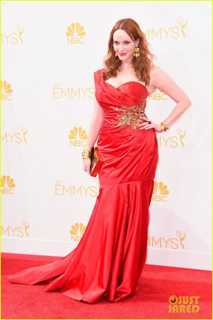 Christina Hendricks 穿上 Marchesa 包覆式設計的紅禮...