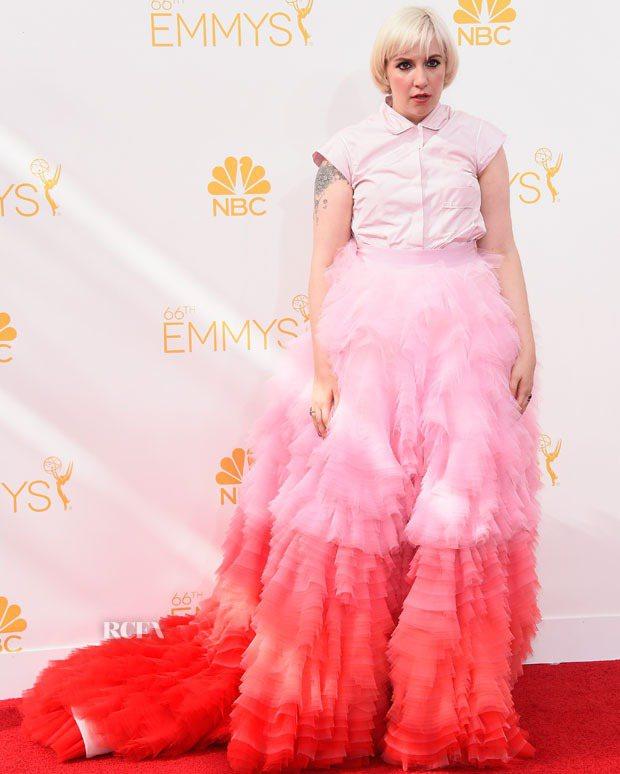 莉娜杜漢的 Giambattista Valli 漸層粉紅禮服讓她就像個棉花糖般...