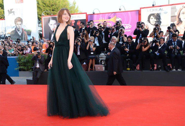 艾瑪史東在甫登場的威尼斯影展中穿上VALENTINO一襲深綠色薄紗禮服,胸前大方...