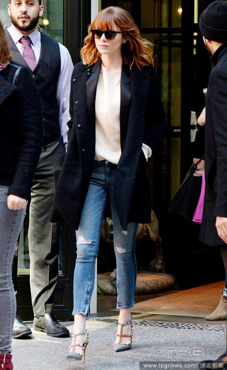 艾瑪史東之前長髮及肩。腳上的VALENTINO鞋她擁有許多不同顏色款。圖/達志影...