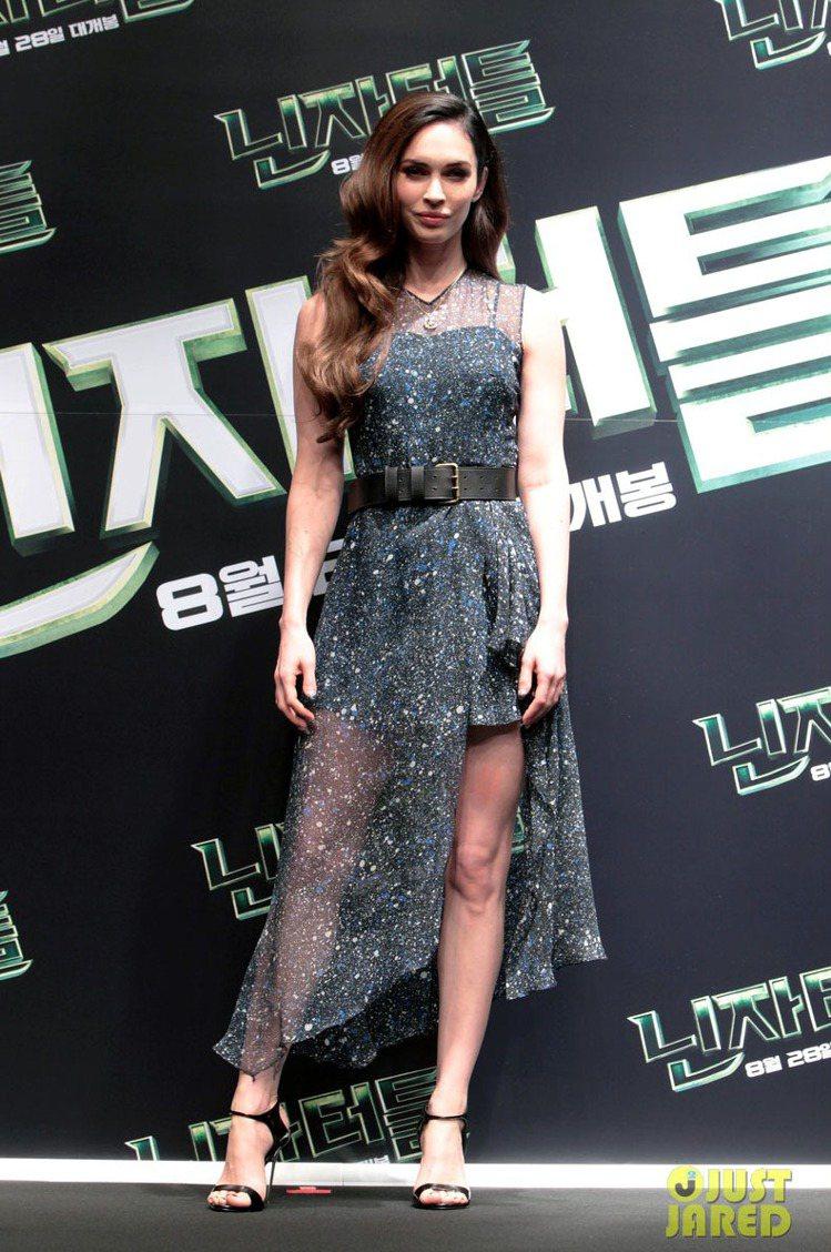 梅根福克斯出席《忍者龜:變種世代》首爾宣傳記者會,選穿 Jonathan Sau...