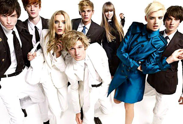 在2008年的 BURBERRY 廣告中,風衣也透過多變色彩與細節設計呼應畫面的...
