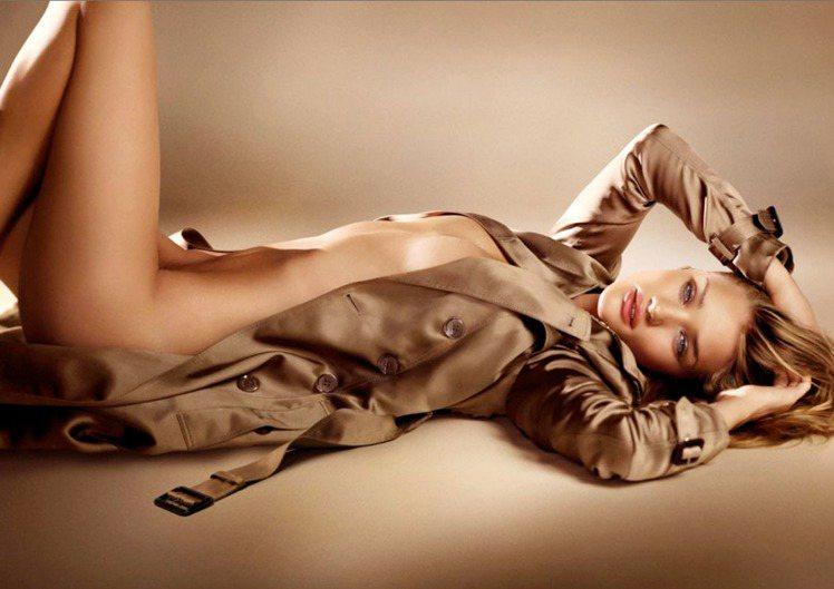 為 BURBERRY 2011 推出的 Body 女香所拍攝的廣告。只穿著一件品...