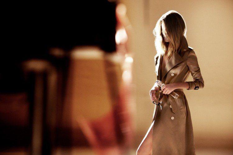 幾個鏡頭將風衣的每個細節與香氛噴灑畫面交錯,透過局部特寫遊走蘿西身體的每個部位,...