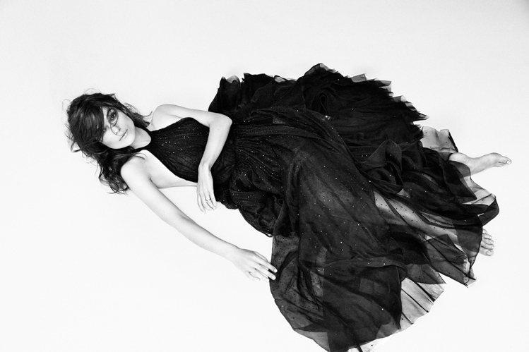 綺拉奈特莉無論身穿簡約的洋裝或上空入鏡,都透露出一股自信又自在的神情。圖/擷取自...