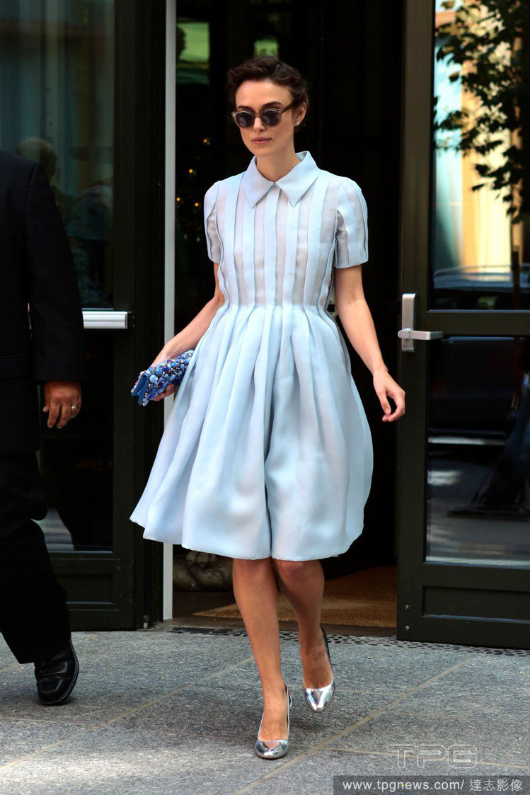 綺拉奈特莉身穿淡藍色 PRADA 洋裝,襯衫式的設計和小蓬裙帶出正式感,半透的百...