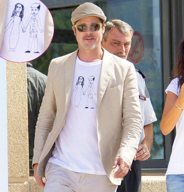 小布之前幾度被拍到身穿一件畫有他與裘莉畫像的白T恤,也是出自孩子們之手。圖/擷取...