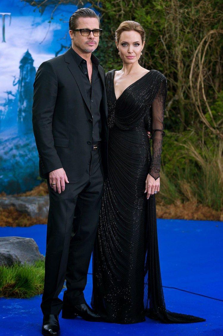 裘莉穿 Atelier Versace 禮服出席黑魔女首映。圖/擷取自newmy...