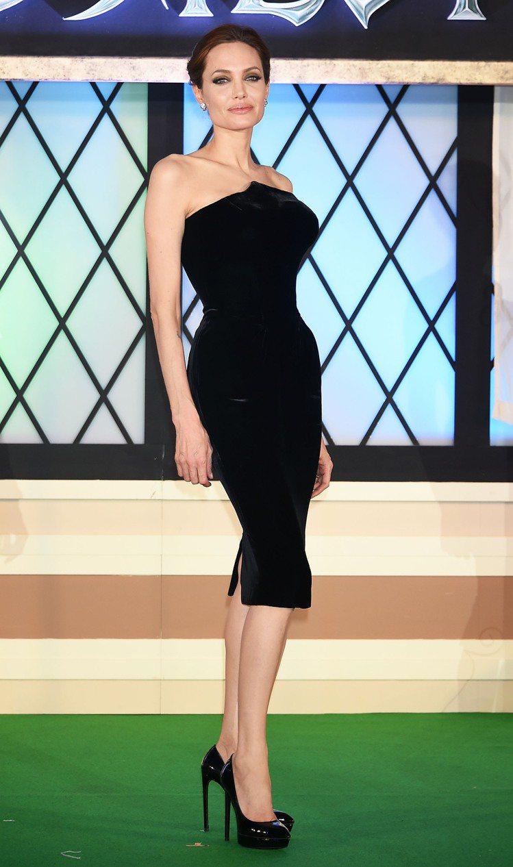 裘莉穿 Atelier Versace 禮服出席黑魔女首映。圖/ Versace...