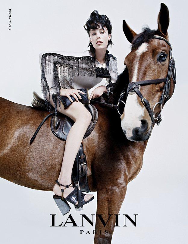 超模 Edie Campbell 代言 Yves Saint Laurent 香...
