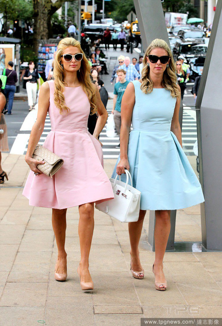 希爾頓姊妹最近熱愛「假雙胞胎 」穿搭術,粉彩洋裝讓她們看來就像兩個真人芭比。圖/...