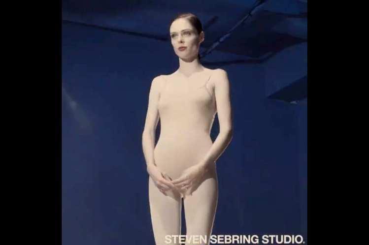 超模 Coco Rocha 身穿肉色泳裝入鏡,旋轉的鏡頭最後把焦點放在她的肚子上...