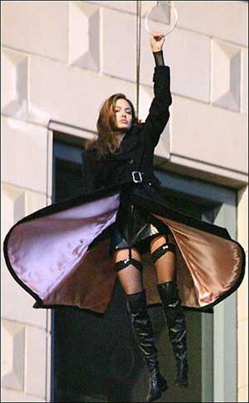 《史密斯任務》中安潔莉娜裘莉吊帶襪造型。圖/擷自theplace