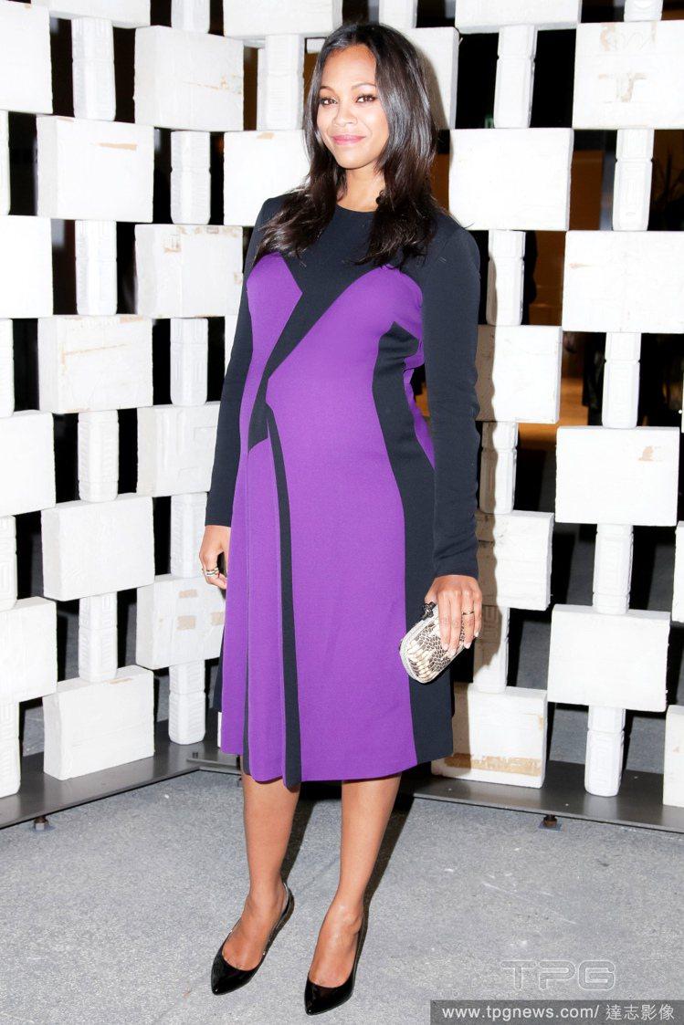 不規則紫色拼接色塊,讓黑洋裝俐落起來,無須太多首飾,只要搭配基本款尖頭鞋就很有型...
