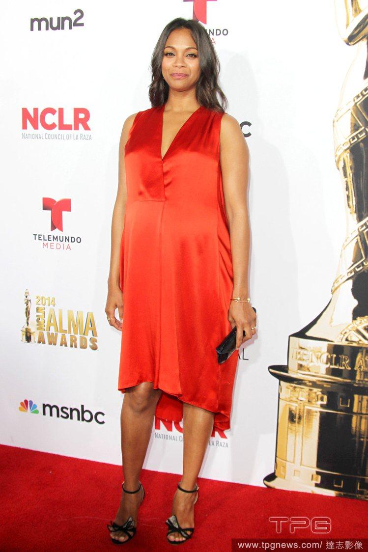 Narciso Rodriguez 紅色緞面洋裝雖然看起來貴氣,對孕婦來說穿起來...