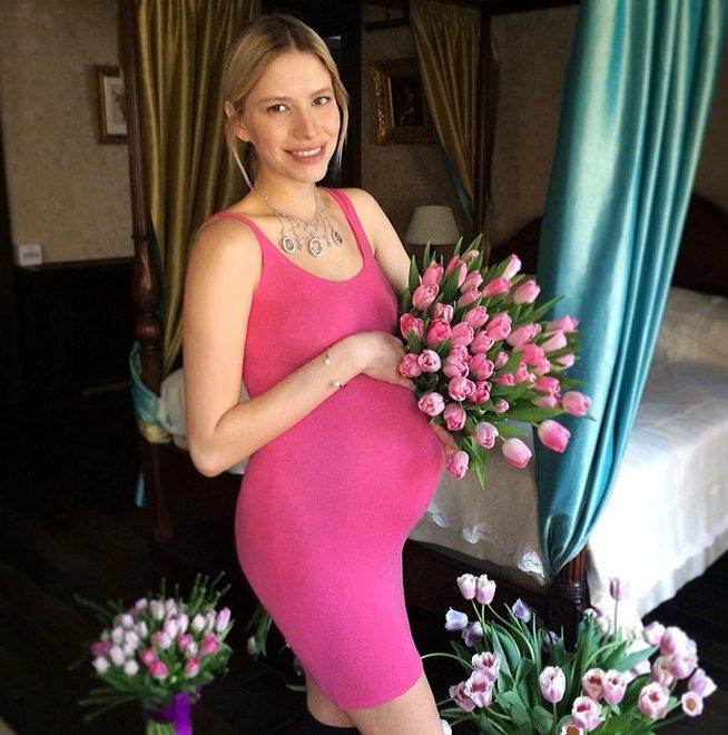 簡單鮮豔的連身裙與典雅首飾,讓準媽咪們也能美美地渡過懷孕期。圖/擷自Elena ...