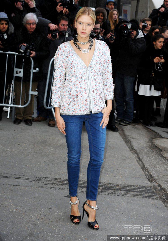 佈滿繽紛紋路的 V 領衫搭配牛仔褲與高跟鞋就很摩登,金屬首飾可突顯造型,讓風格看...