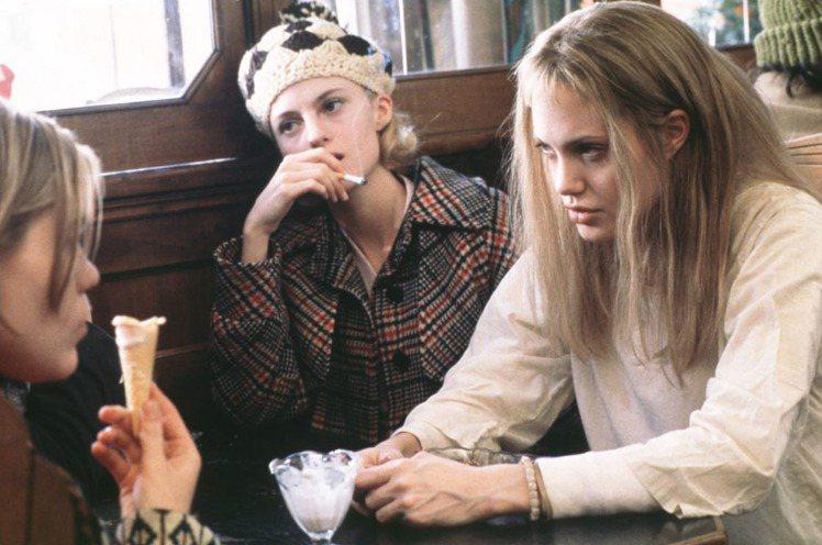 在2000年的《女生向前走》中,裘莉就頂著自然髮色--金髮入鏡,她也憑著此片拿下...