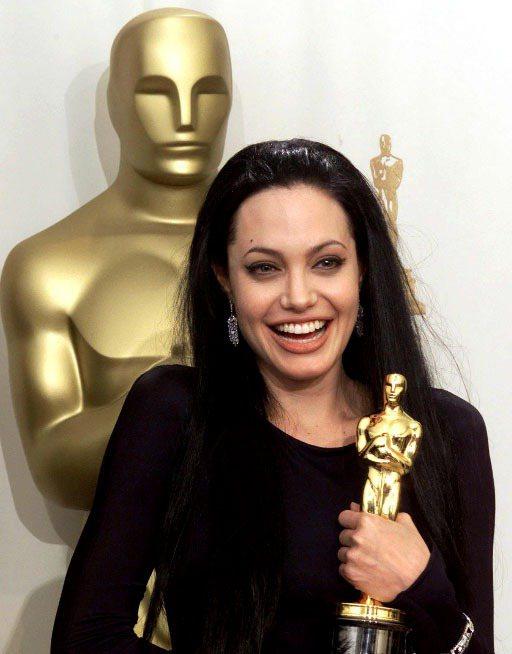 裘莉憑著2000年的頂著自然金髮演出的《女生向前走》拿下奧斯卡最佳女配角獎,但她...