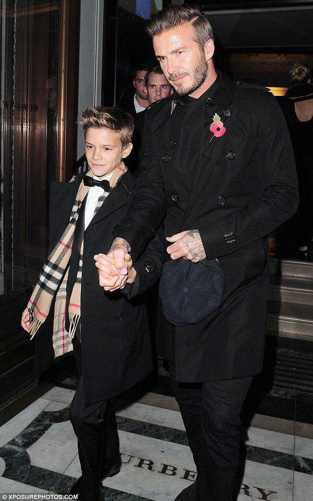 貝克漢以子為榮,牽著兒子羅密歐的手走紅毯。圖/擷自 www.dailymail...