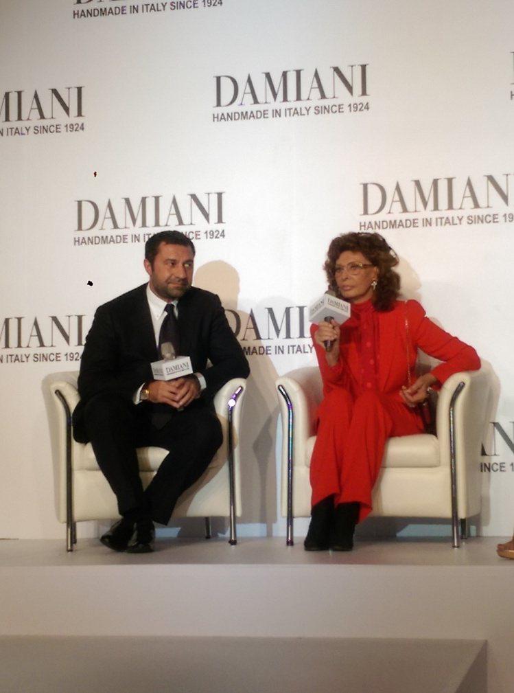 傳奇女星蘇菲亞羅蘭首次來台,現身晶華酒店DAMIANI 盛大記者會,八十歲的她...