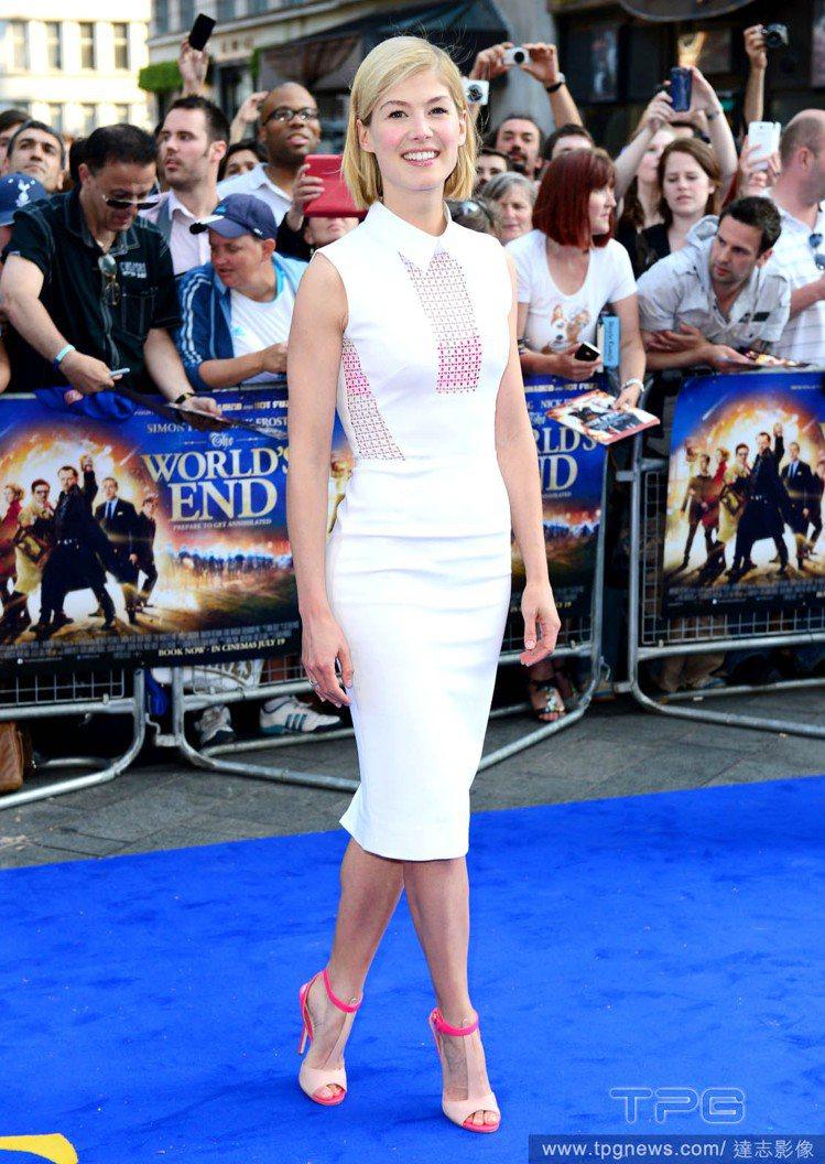 羅莎蒙派克身穿白色襯衫領連身裙,及膝窄裙展現美妙曲線,挖空透視細節則讓桃紅比基尼...