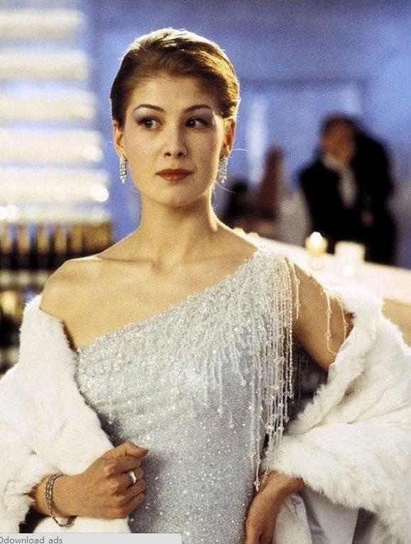 羅莎蒙派克外型美艷成熟,早年出演電影《007誰與爭鋒》時看起來已經像個熟女。圖/...