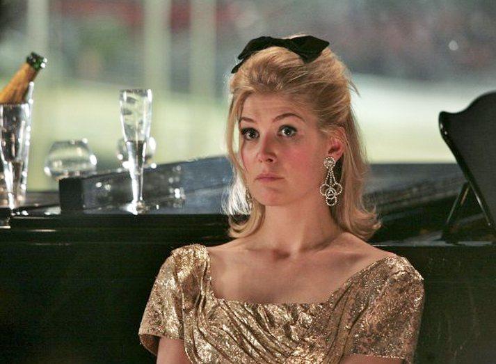 羅莎蒙派克在《名媛教育》中飾演 Helen。圖/擷自imdb.com